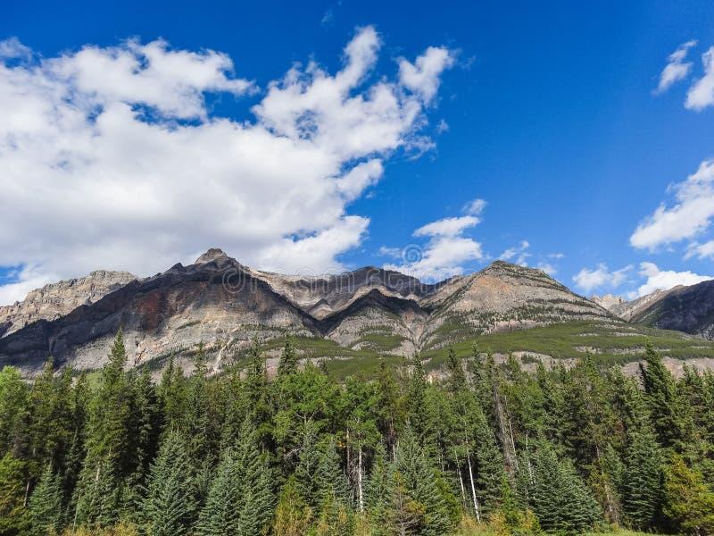 Kanadensisk vildmark med steniga berg på solnedgången fotografering för bildbyråer