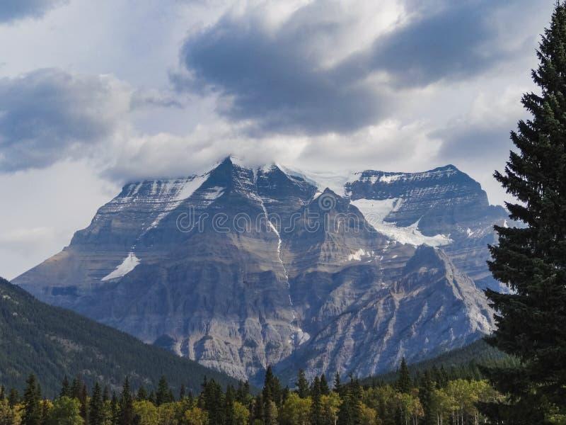 Kanadensisk vildmark med steniga berg på solnedgången arkivbild