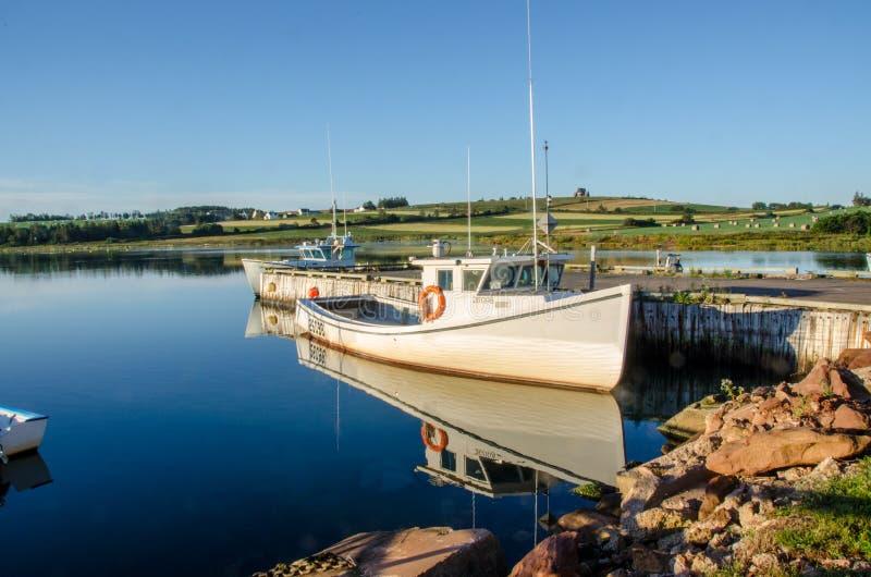 Kanadensiska maritima fortfarande Autumn Boat Reflection royaltyfria foton