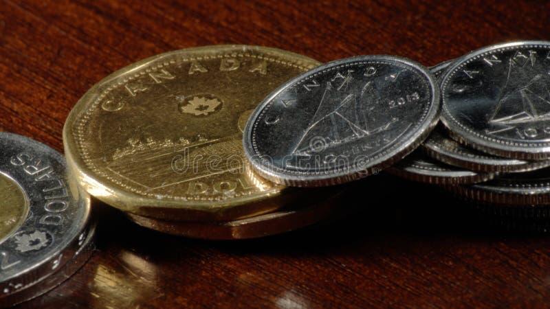 Kanadensiska mynt - Loonies, Twonies, fjärdedelar och tiocentare royaltyfri bild