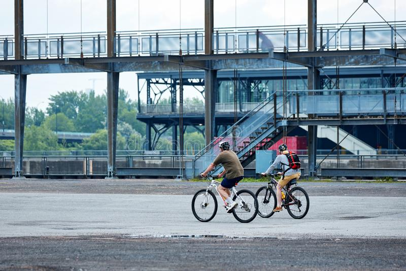 Kanadensiska par som rider deras cyklar i gammal port, Montreal, Quebec, Kanada royaltyfria foton