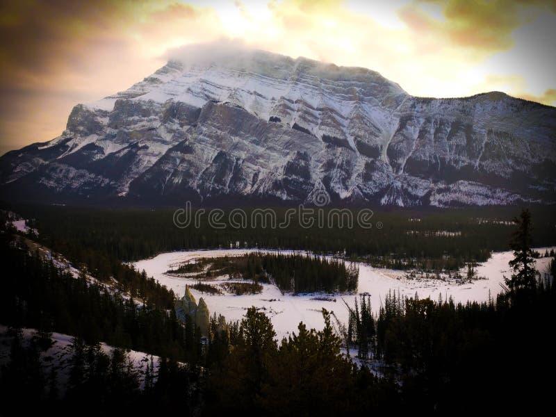 Kanadensiska steniga berg på den Banff nationalparken på solnedgången royaltyfri bild