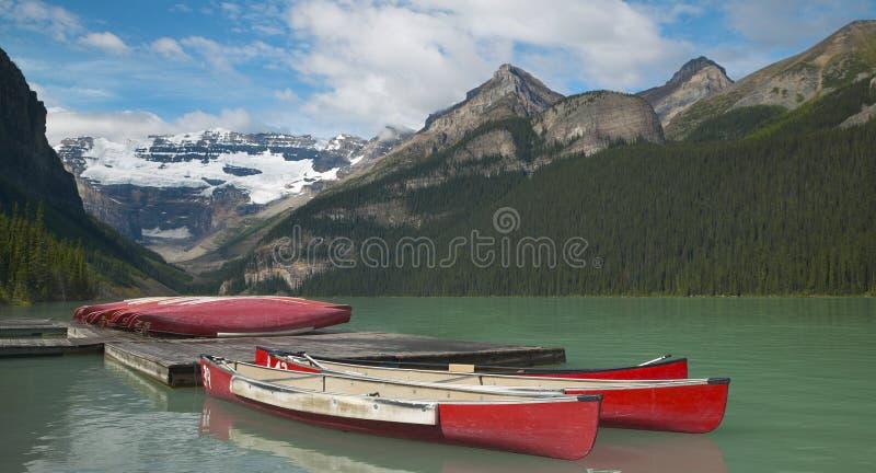 Kanadensiskt landskap i Lake Louise med kanoter albertan Kanada fotografering för bildbyråer