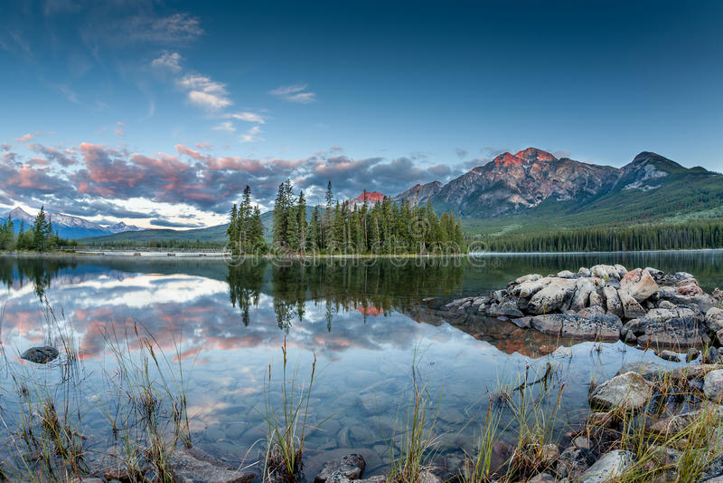 Kanadensiskt landskap: Soluppgång på pyramid sjön i Jasper National P royaltyfri fotografi