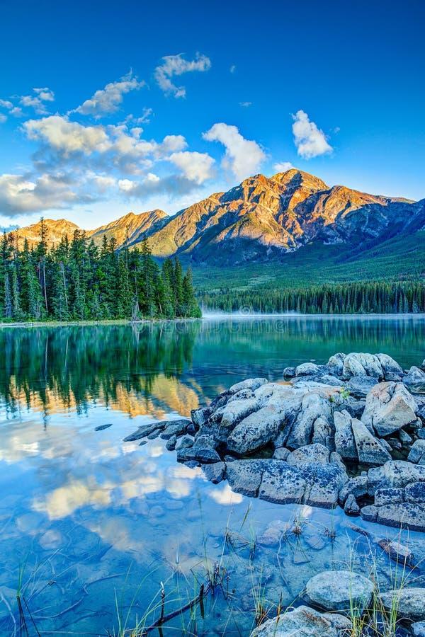 Kanadensiskt landskap: Soluppgång på pyramid sjön i Jasper National P fotografering för bildbyråer