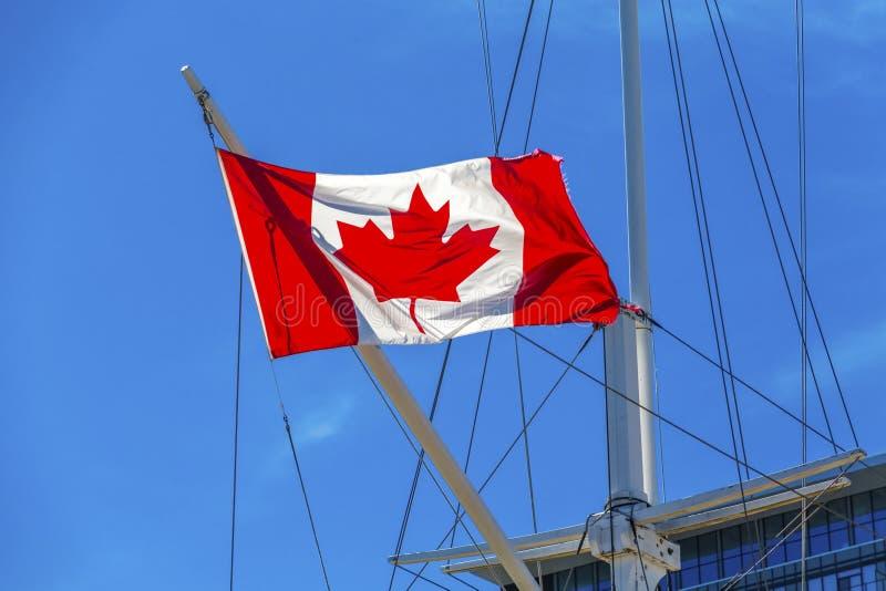 Kanadische Flagge auf Schiff in Halifax stockfotografie
