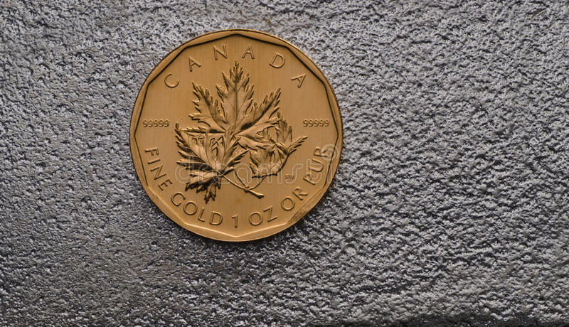Kanadische Goldahornblatt-Münze auf Silberbarren stockbilder