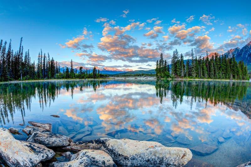Kanadische Landschaft: Sonnenaufgang am Pyramid See in Jasper National P lizenzfreie stockbilder