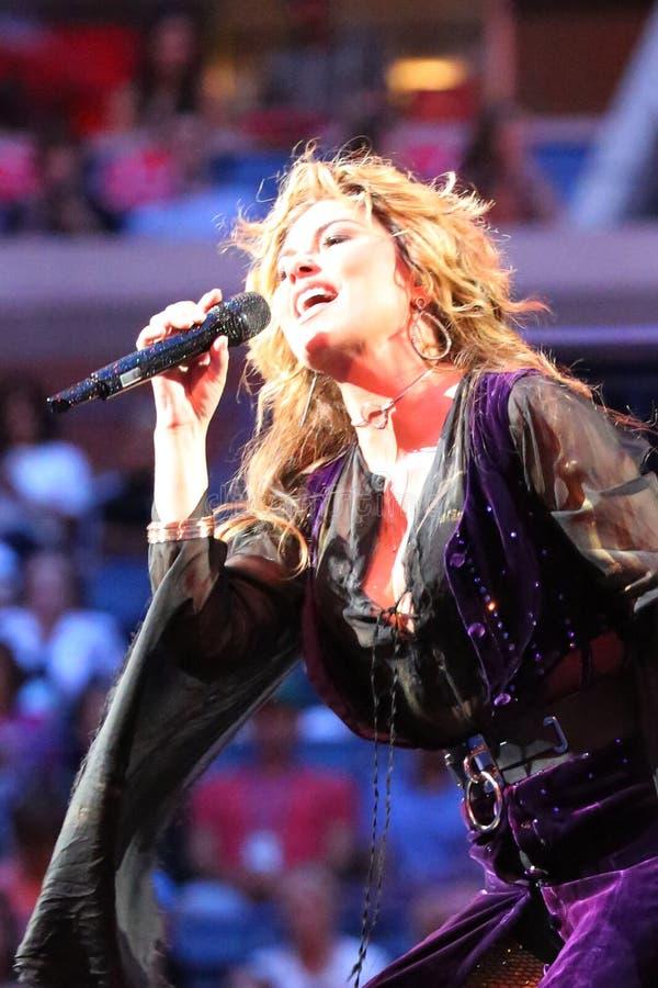 Kanadischer Country-Sänger und Texter und Komponist Shania Twain führt bei US Open-Premierezeremonie 2017 durch stockfoto