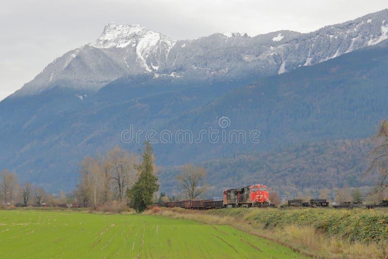 Kanadischer nationaler Zug und Landschaft lizenzfreie stockbilder