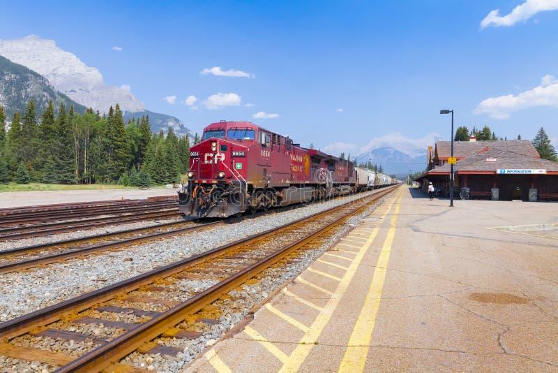 Kanadischer pazifischer Güterzug an der Banff-Station Alberta Kanada stockfoto