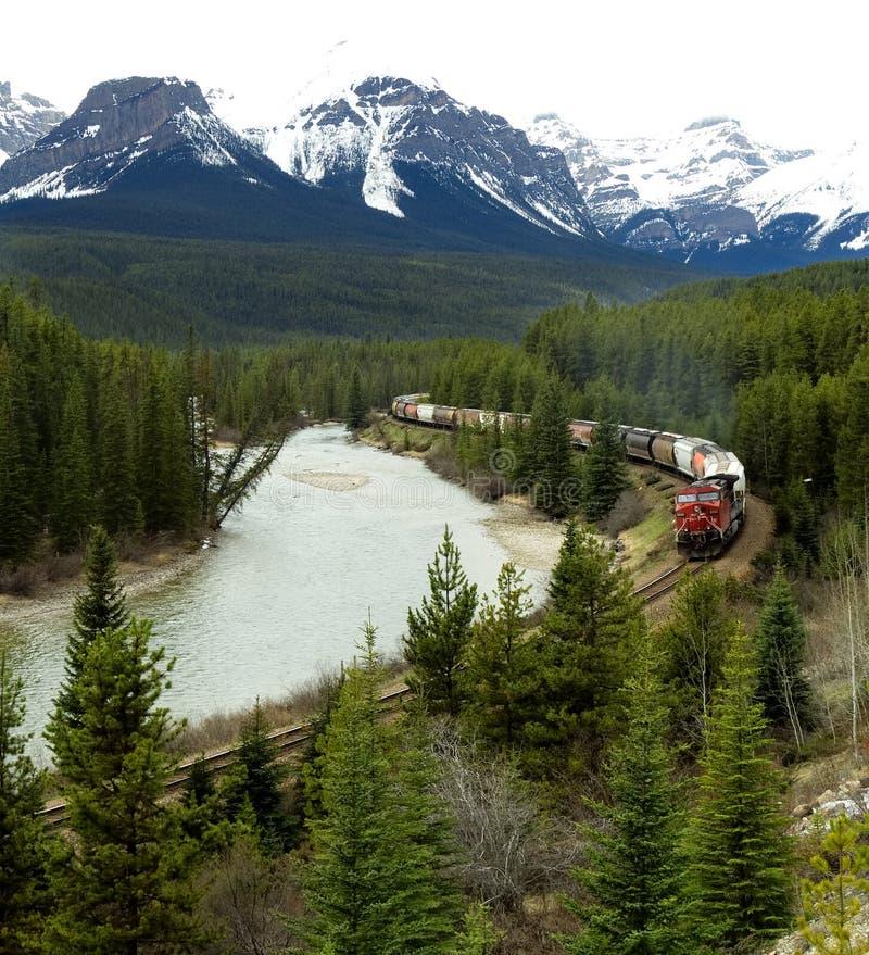 Kanadischer pazifischer Zug, der durch Rocky Mountains reist lizenzfreie stockbilder
