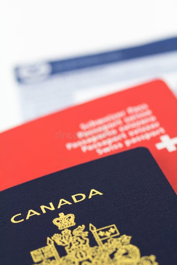 Kanadischer und Schweizer Pass lizenzfreies stockbild