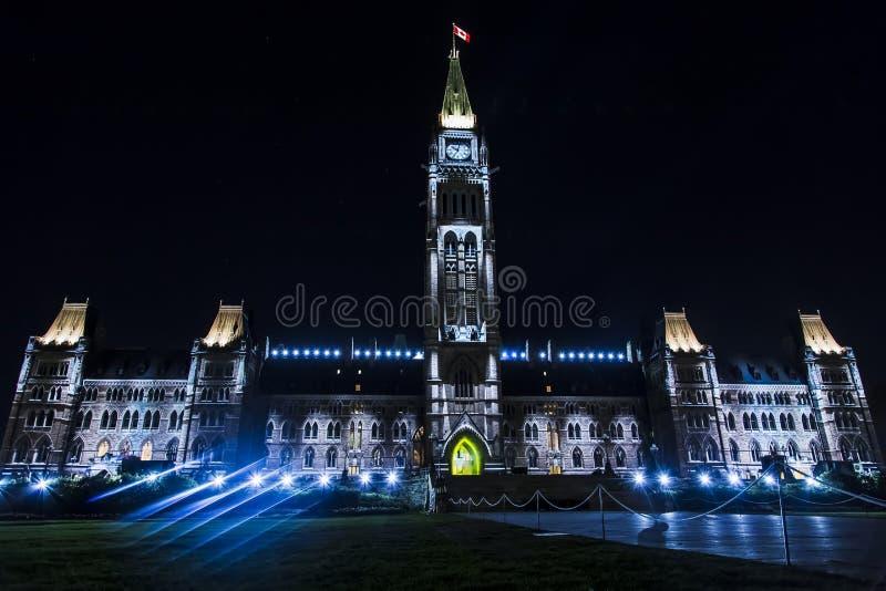 Kanadisches Parlaments-Gebäude nachts stockfotografie