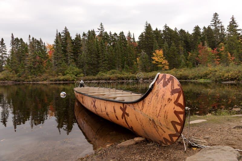 Kanadisches Rabaska-Kanu am Wapizagonke-See Mauricie-Nationalpark Kanada lizenzfreies stockbild