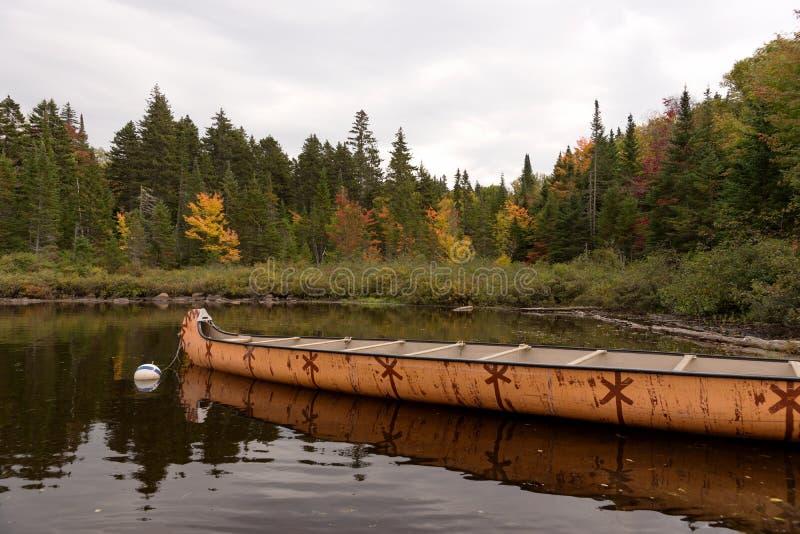 Kanadisches Rabaska-Kanu am Wapizagonke-See Mauricie-Nationalpark Kanada stockbild
