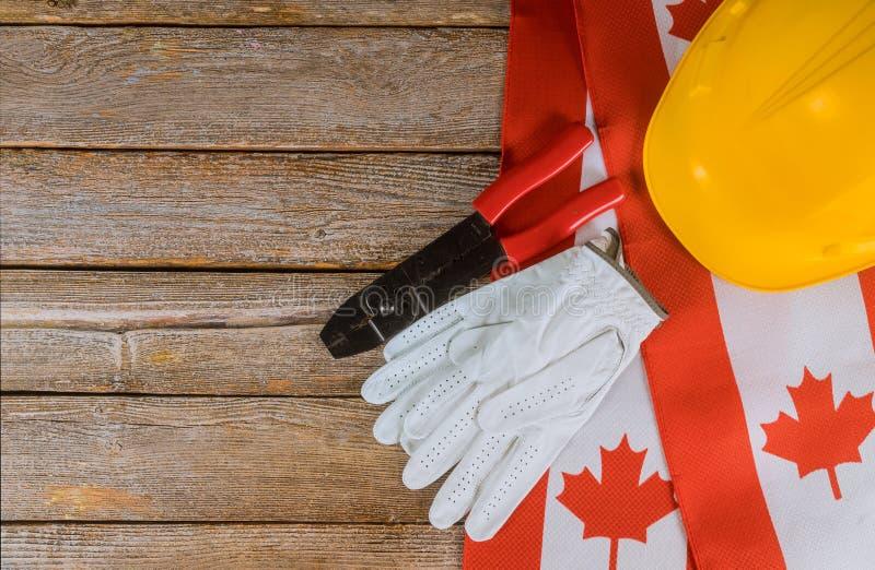 Kanadyjczyka chorągwiani dwa święto pracy hardhats odgórnego widoku ochronny pojęcie praca i zatrudnienie fotografia stock
