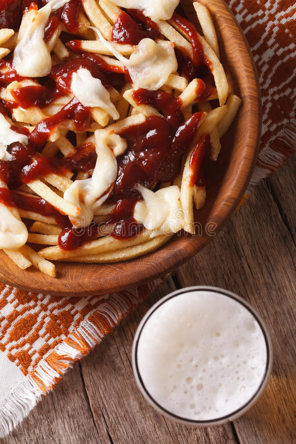 Kanadyjska kuchnia: poutine i piwa zakończenie Pionowo odgórny widok obraz stock