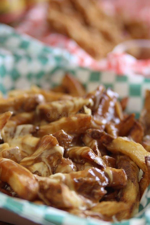 Kanadyjski poutine z serowym stapianiem nad dłoniakami z wołowina sosem fotografia stock