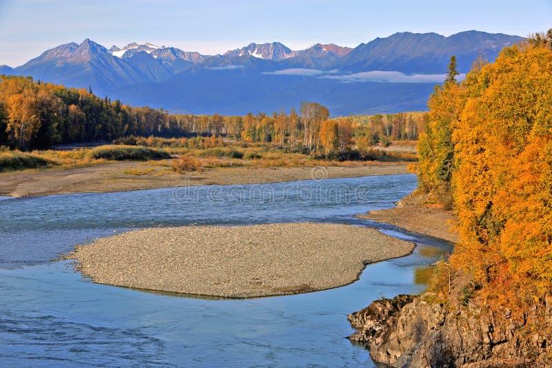 Kanadyjski pustkowie jesieni krajobraz z rzeką obraz royalty free