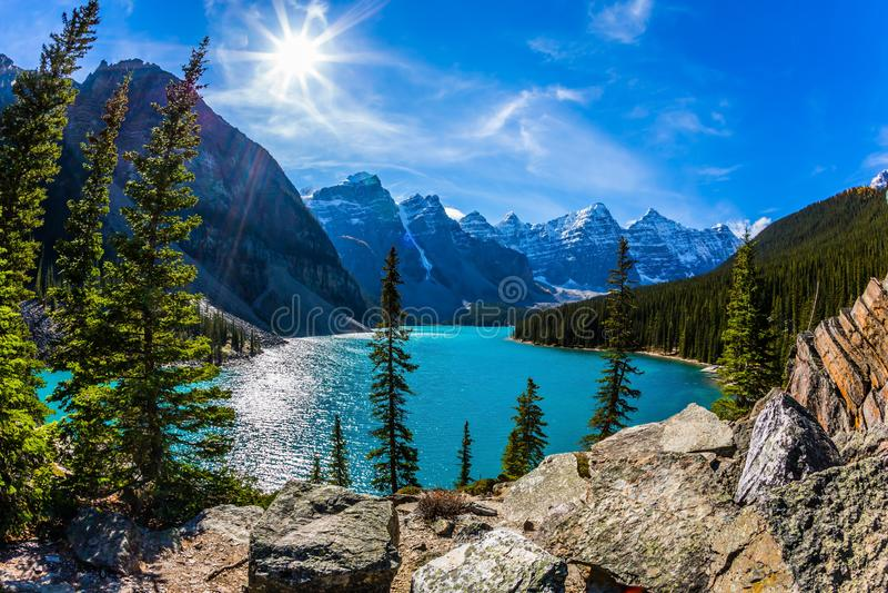 Kanadyjskie Skaliste góry, prowincja Alberta Zimny północny słońce odbija w lodowatej wodzie jeziorna morena Pojęcie zdjęcia royalty free