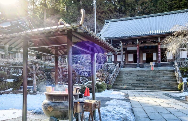 KANAGAWA, JAPON - 12 JANVIER : L'encens brûle sous un belvédère à SA photo stock