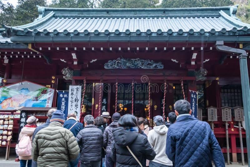 Kanagawa, Japon - 23 mars 2019 : La vue des personnes prient pour bénir au lac voisin Ashi, Kanagawa, Japon shrine de Hakone image stock