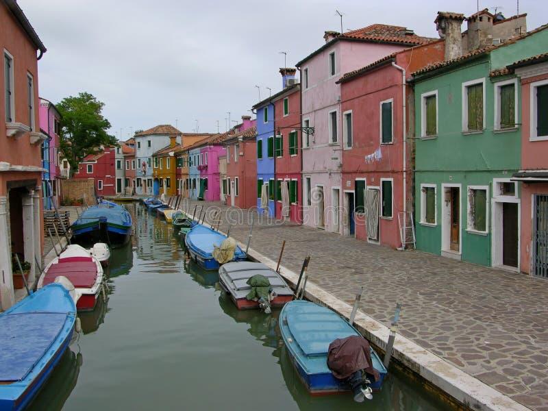 Kanal av den färgrika Buranoen Venedig Italien royaltyfri bild
