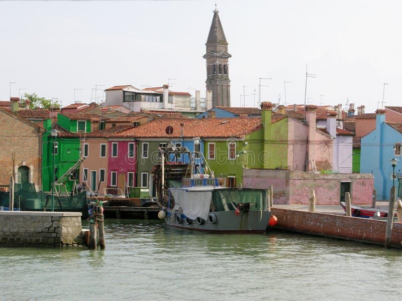 Kanal av den färgrika Buranoen Venedig Italien royaltyfria foton