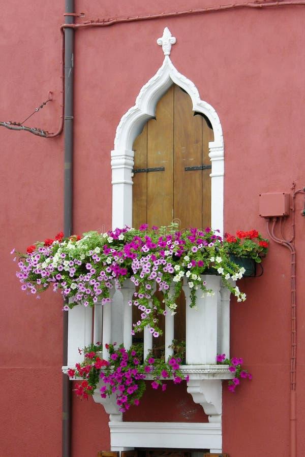 Kanal av den färgrika Buranoen Venedig Italien fotografering för bildbyråer