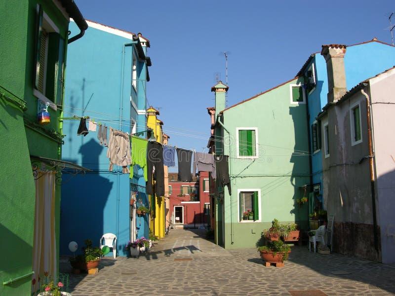 Kanal av den färgrika Buranoen Venedig Italien arkivbilder