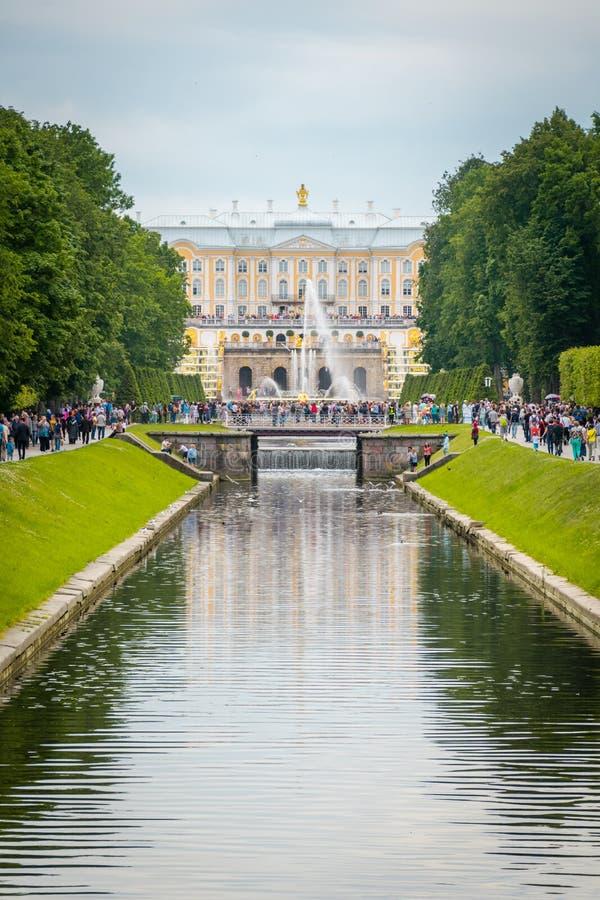 Kanal av den Peterhof slotten i St Petersburg, Ryssland fotografering för bildbyråer