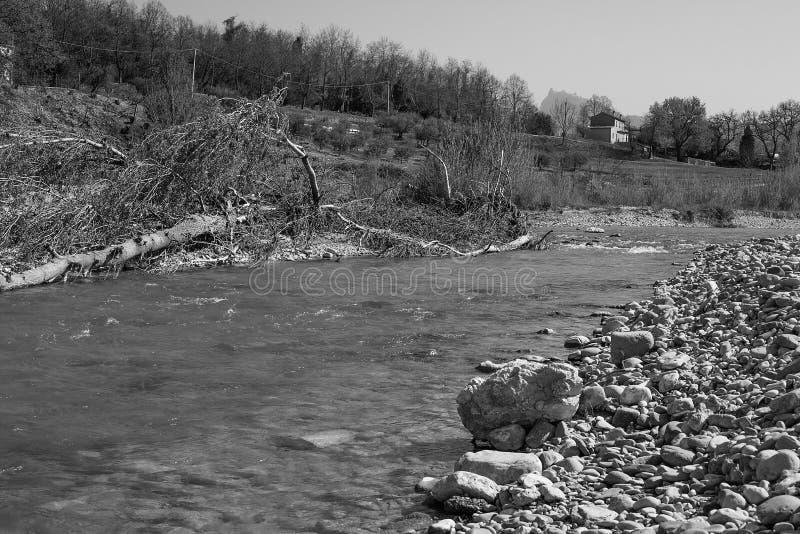 Kanal av en torkad-upp flod arkivfoto