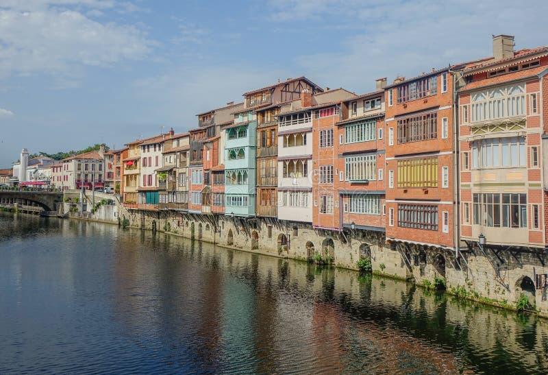 Kanal, der die Stadt von Castres kreuzt stockfotografie