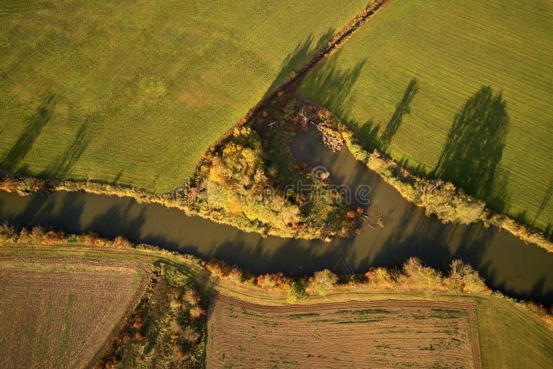 Kanal durch Felder im Herbst lizenzfreie stockfotografie