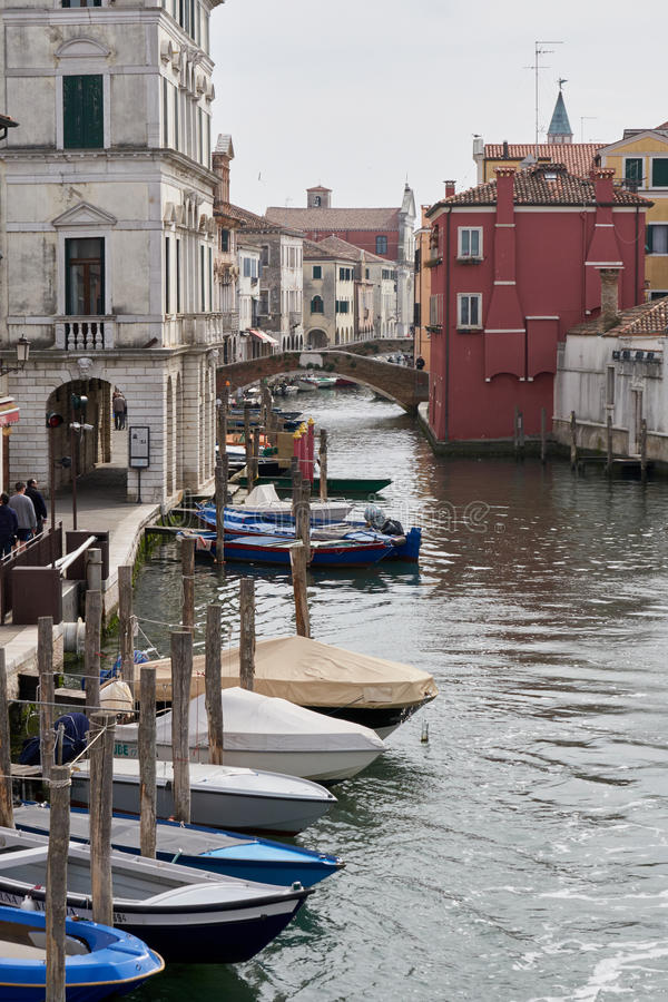 Kanal för Chioggia Italien mars 2017 i staden royaltyfri fotografi