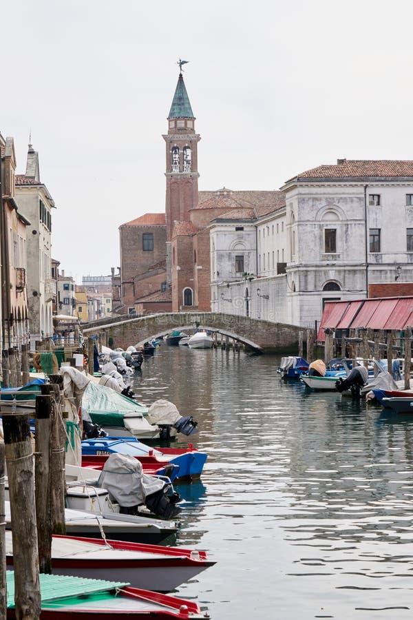 Kanal för Chioggia Italien mars 2017 i staden royaltyfri foto