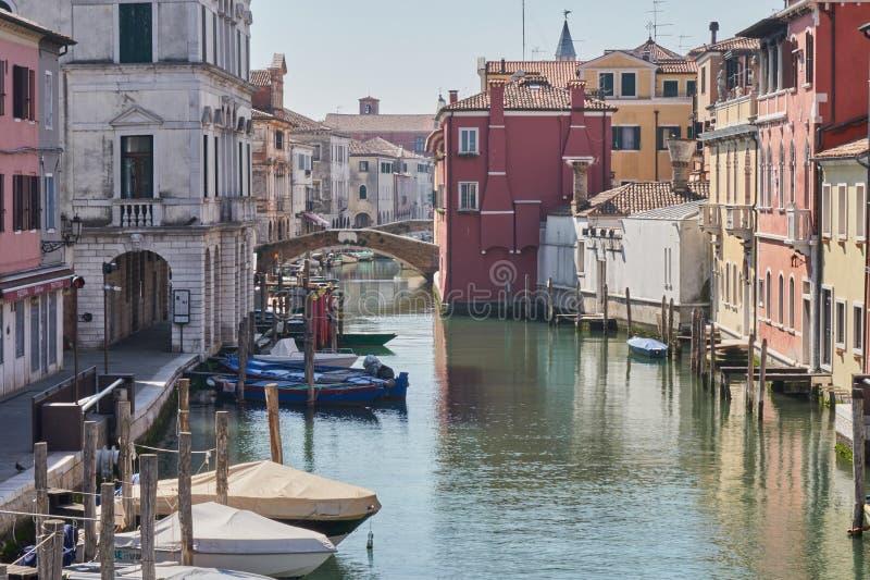 Kanal för Chioggia Italien mars 2017 i staden royaltyfri bild