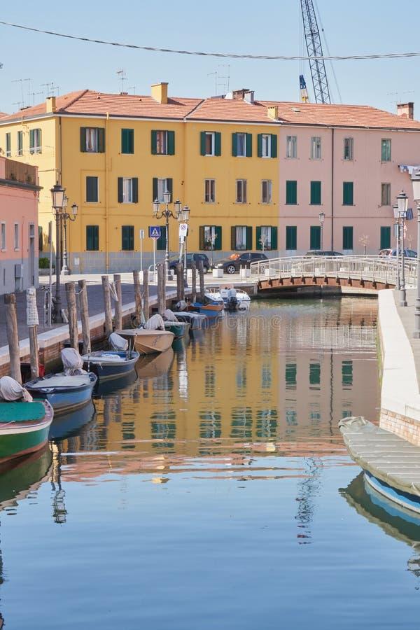 Kanal för Chioggia Italien mars 2017 i staden fotografering för bildbyråer