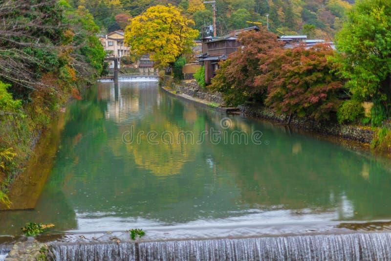 Kanal för rent vatten i Japan med härligt landskap för naturgräsplanträd arkivbild
