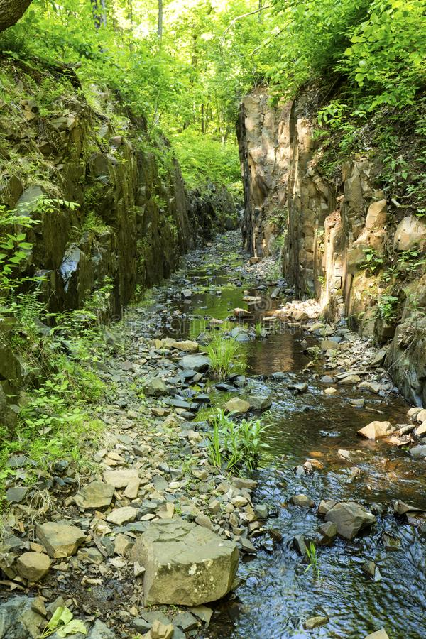 Kanal gegraben, um Hubbard-Reservoir in Meriden, Connecticut zu liefern lizenzfreie stockfotos