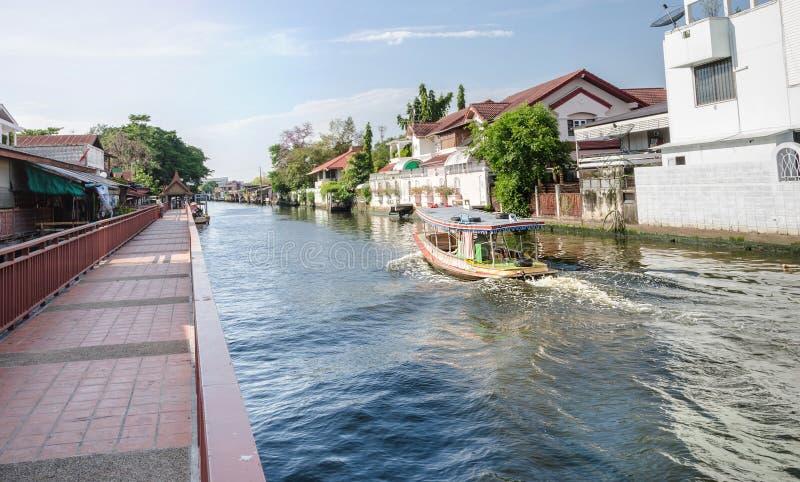 Kanal-Gehweg und das Boot segelt an Kanal oder an Khlong-Knall Luang Bangkoks Yai lizenzfreies stockbild