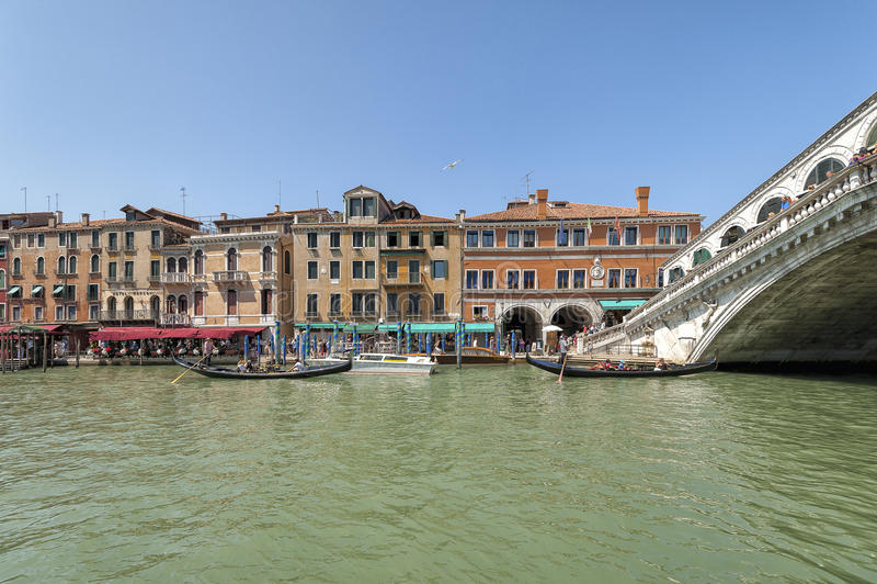 Kanal groß und Ponte di Rialto - Venedig, Italien stockbild