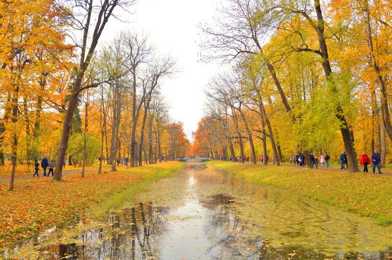 Kanal i Alexander Park i Tsarskoye Selo royaltyfria foton
