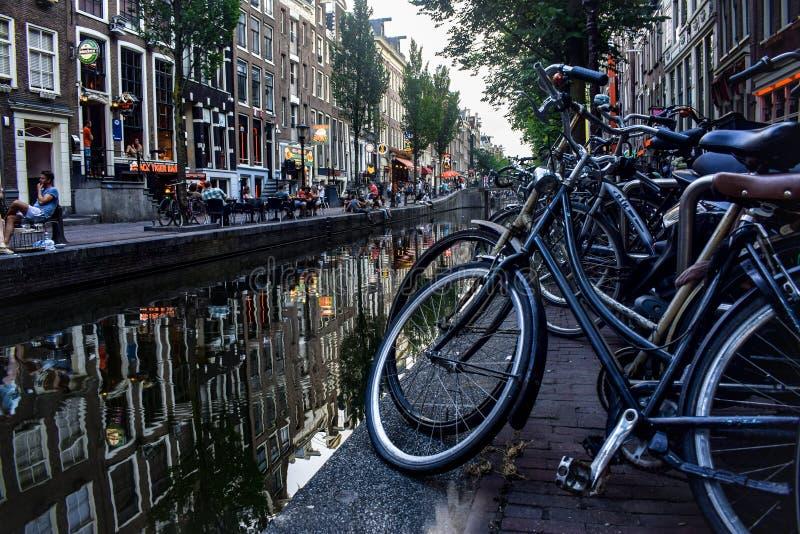 Kanal i Amsterdam arkivbilder