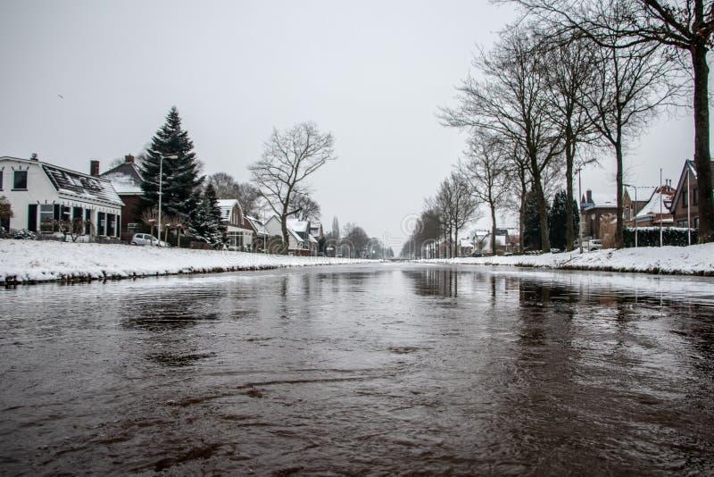 Kanal i Dedemsvaart Nederländerna arkivfoton