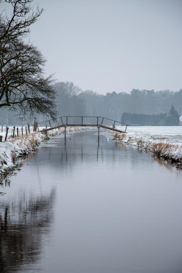 Kanal i Dedemsvaart Nederländerna royaltyfri foto