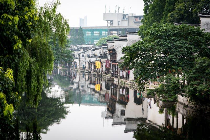 Kanal i en kinesiska watertown som inramas av träd arkivbild