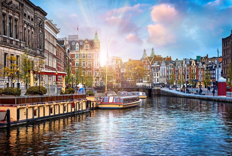 Kanal i floden Amstel för Amsterdam Nederländernahus royaltyfri fotografi