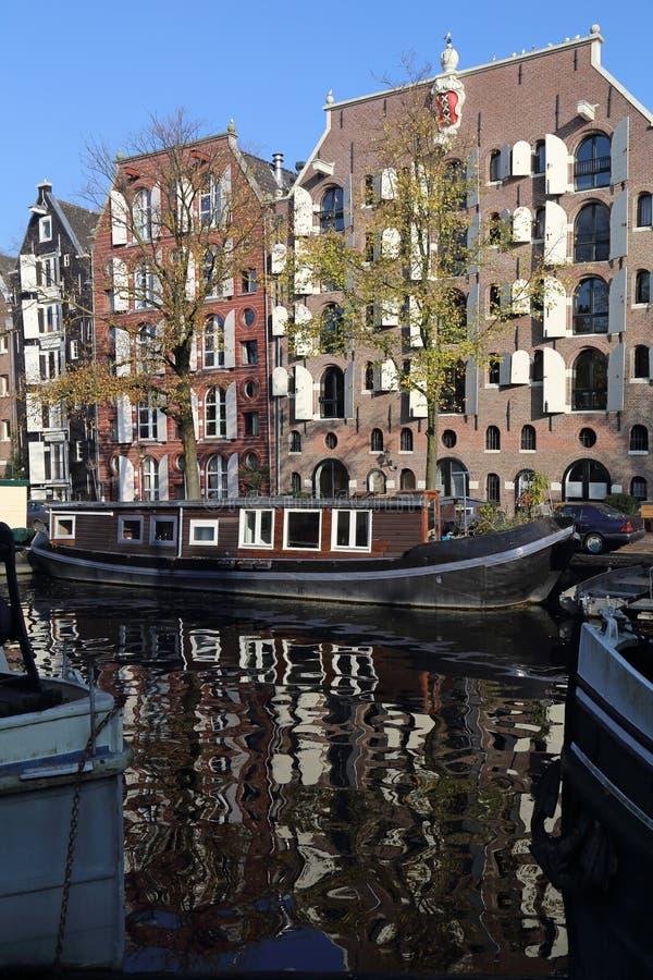 Kanal i höst i Amsterdam, Holland royaltyfri fotografi